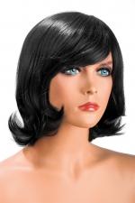 Perruque Victoria brune : Perruque brune aux cheveux mi-longs ayants un aspect naturel. Elle à une jolie mèche à l'avant.