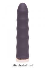 Vibromasseur Deep inside - Fifty Shades Freed : Un vibromasseur classique, rechargeable, en silicone haute qualité, avec une forme ondulée pour accroitre les sensations.
